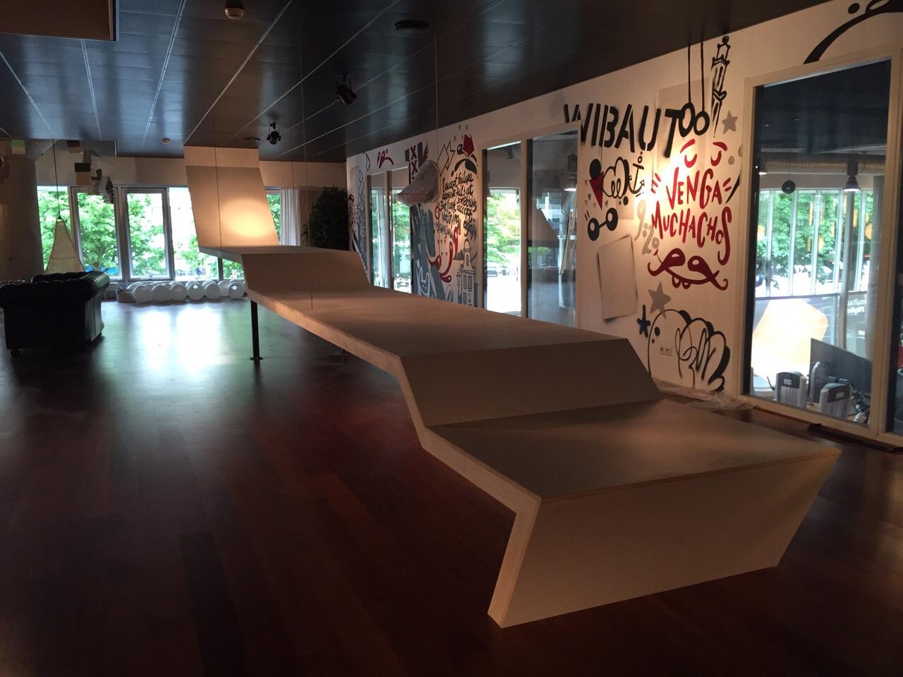 Zwevende tafel van 12 meter lang